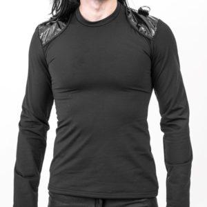 16. svart tröja med lack axelpartier