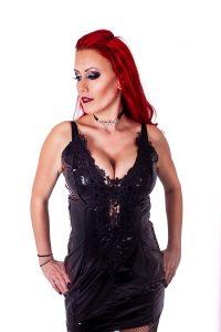 14. svart lack klänning med spets